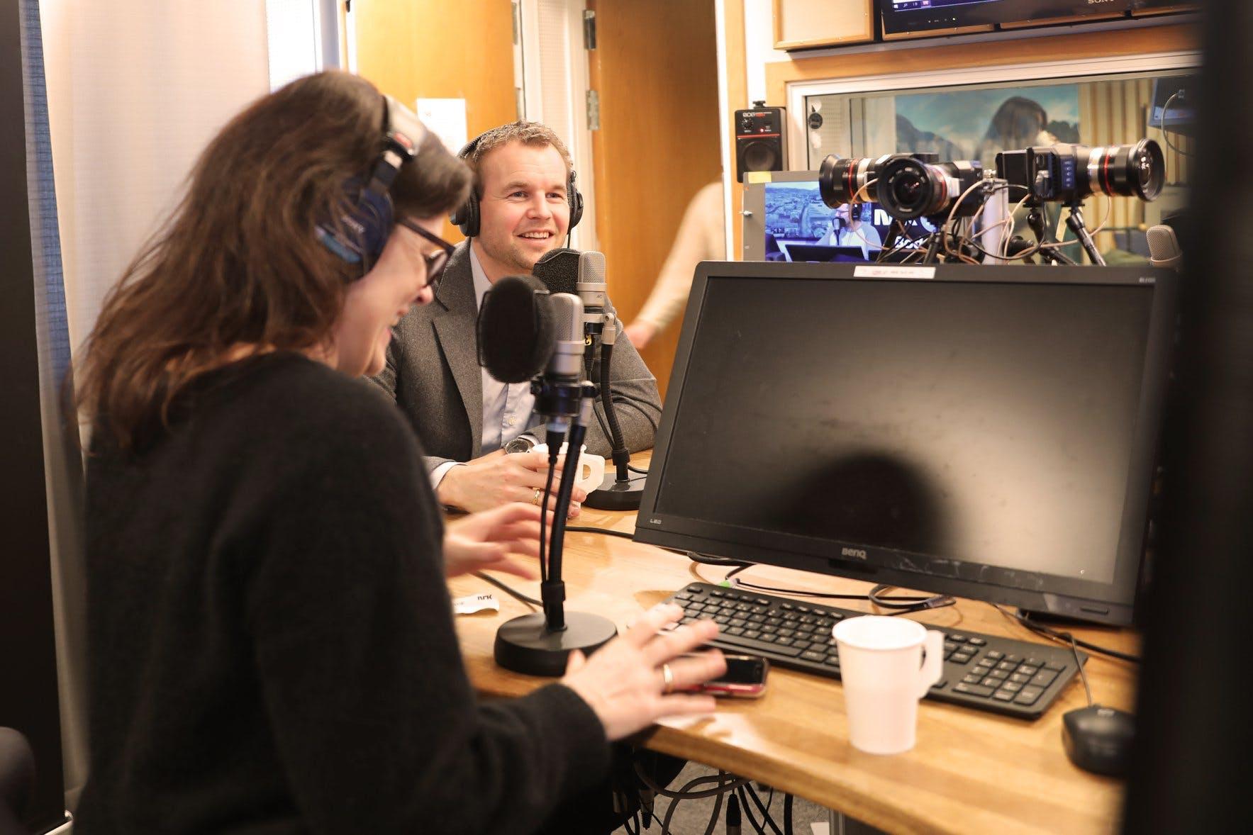 Barne- og familieminister Ropstad og psykolog Catrin Sagen på besøk hos Nitimen for å snakke om VI-appen